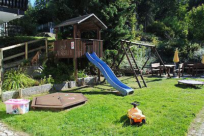 großer Garten mit Spielplatz im Englmarer Hof